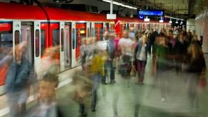 Drei Menschen in Frankfurt von S-Bahn erfasst