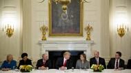 Donald Trump trifft sich mit Vorstandsvorsitzenden von IBM, Pepsi, Blackstone, GM und Walmart.