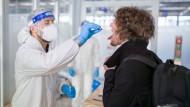 Quarantäne reicht nicht: Für Einreisende aus Gebieten mit sehr hohen Corona-Infektionszahlen plant die Bundesregierung eine Testpflicht.