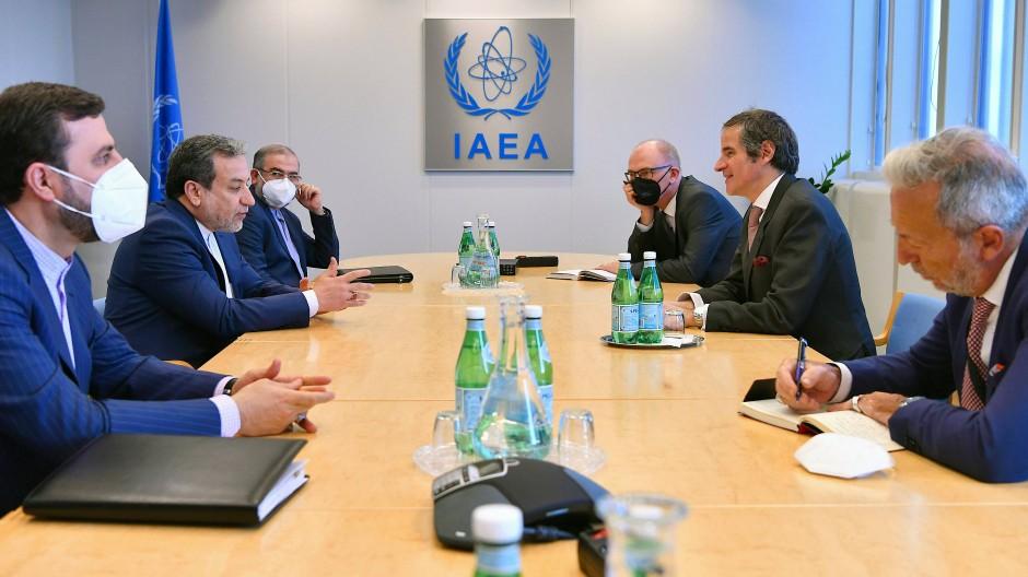 Gute Stimmung trotz harter Detailarbeit: Rafael Grossi, Generaldirektor der IAEA (2.v.r.) und Abbas Araghtschi, stellvertretender Außenminister von Iran (2.v.l.)