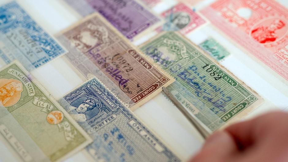 Alte Briefmarken sind bei Sammlern begehrt.