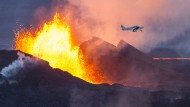 Vulkan spuckt brodelnde Lava