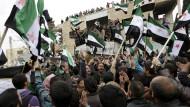 Wie sich die Bilder gleichen: Vor fünf Jahren erreichte die Arabellion Syrien. Während der aktuellen Waffenruhe demonstrieren die Menschen auch in der Provinz Idlib wieder gegen Machthaber Assad.