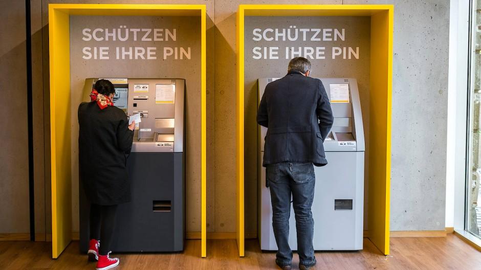 Vorsichtig bleiben: Am Geldautomaten sollten Kunden wenig Einblicke gewähren.