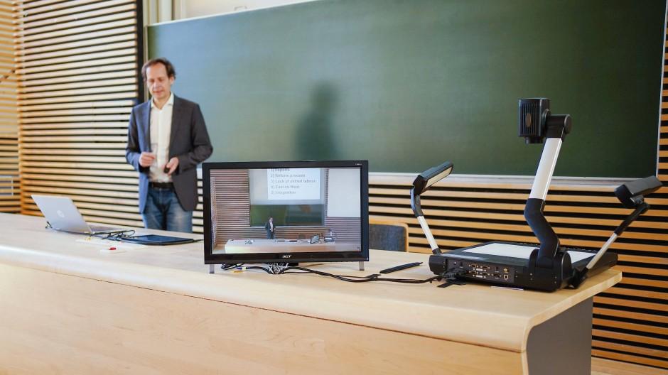 Ein Dozent an der Universität Mannheim, demonstriert in einem Hörsaal der Universität die Aufzeichnung einer digitalen Wirtschaftsvorlesung.
