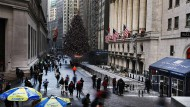 Auf welche Wall-Street-Werte sollen Anleger setzen? Passanten vor der New Yorker Börse