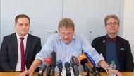 Jörg Meuthen (Mitte) bei einer Pressekonferenz zum Austritt aus der Fraktion im Juli 2016 – mit seinen Fraktionskollegen Anton Baron (l.) und Heinrich Fiechtner.