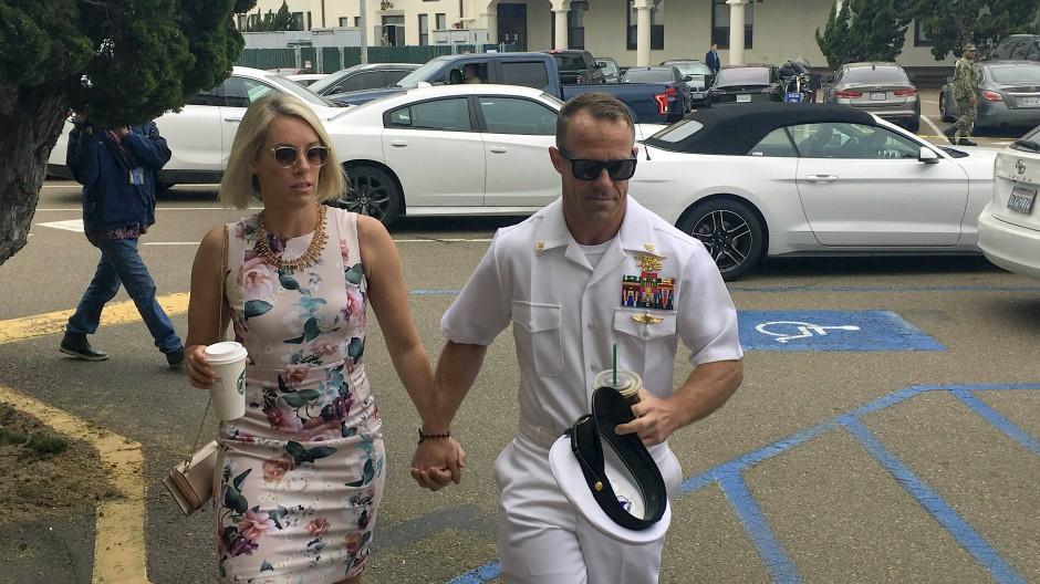 Der Angeklagte Edward G. mit seiner Frau auf dem Weg zum Gericht