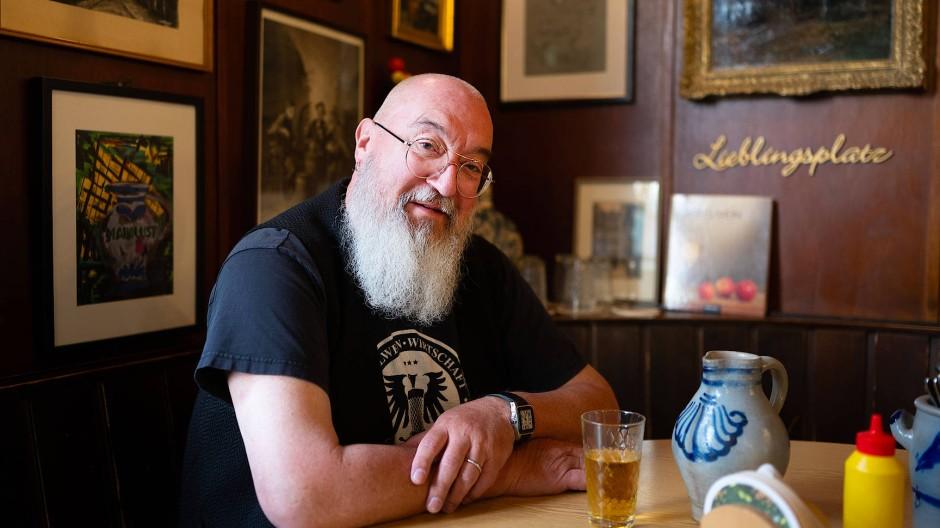 """""""Ein Glücksgriff"""": Louie Hölzinger am Stammtisch in seiner Apfelweinwirtschaft"""