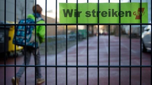 Hessen setzt Disziplinarverfahren gegen 4200 Lehrer aus