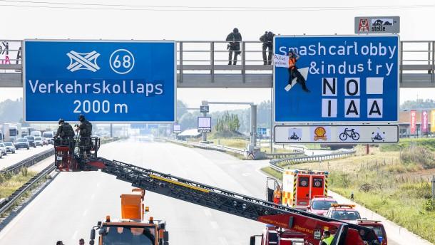 IAA-Gegner müssen nach Blockade von Autobahnen in Haft