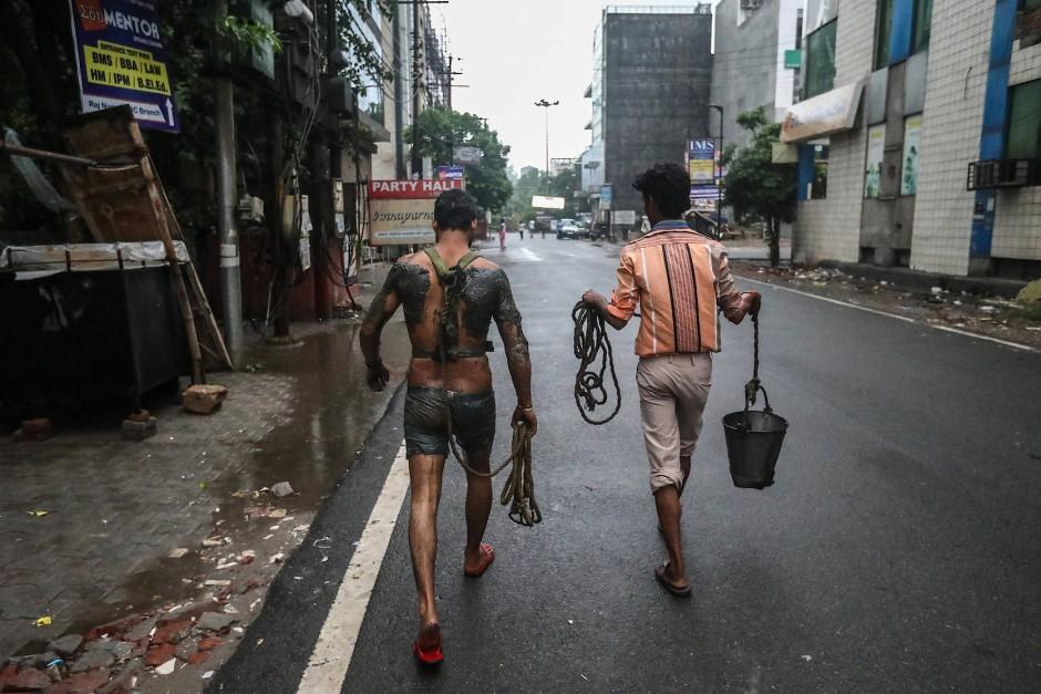 Seil und Eimer, die einzigen Hilfsmittel eines indischen Kanalarbeiters.