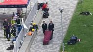 Feuerwehrleute betrachten die Bergung eines mutmaßlichen Opfers der Brandkatastrophe in London.