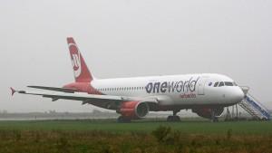 Air-Berlin-Flugzeug schießt über Landebahn hinaus
