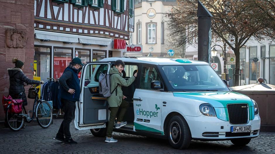 Sieht aus wie ein Londoner Taxi: Bis fast vor die Tür bringt der Hopper seine Fahrgäste im Kreis Offenbach.