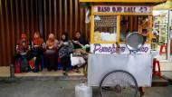 Der Renner in den indonesischen Garküchen ist Bakso, eine Rindfleischsuppe mit Fleischbällchen, Reisnudeln,Tofu, Senfgrün und frittierten Zwiebeln.  Frauen im indonesischen Depok bestellen es sich reihenweise.