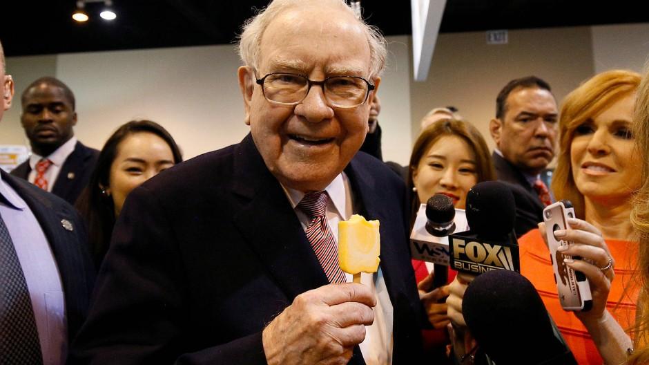 Investorenlegende Warren Buffett lässt sich auf der legendären Hauptversammlung von Berkshire Hathaway in Ohama, Nebraska, im Mai 2017 ein Eis schmecken.