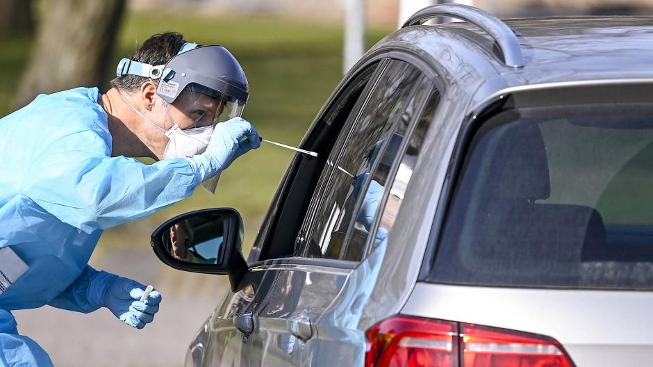 Schnelltest im Drive-through-Modus in Borstel am 24. März. Aber nur mit Überweisung und Termin
