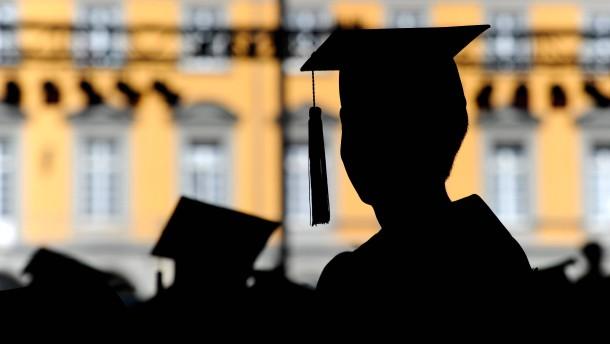 Studienabschlüsse zahlen sich aus