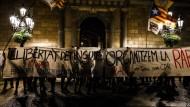 Die Aktivisten sollen Gewaltakte zum Jahrestag der separatistischen Volksabstimmung in Spanien geplant haben.