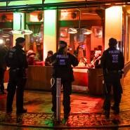 Razzia am 12. Januar in Bochum: Polizisten sichern eine Shisha-Bar.