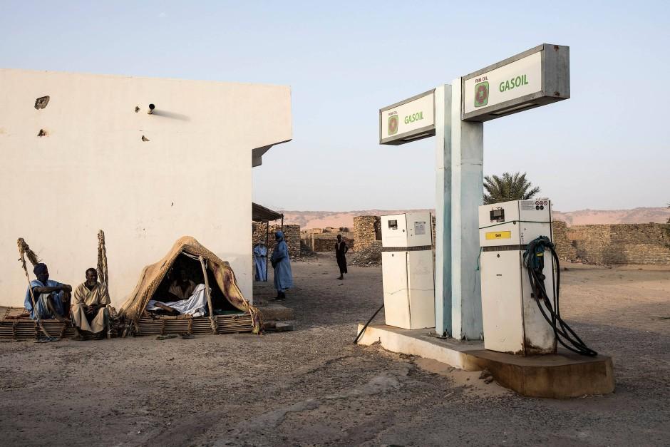 Eine einsame und staubige Tankstelle empfängt den Besucher am Eingang der Altstadt von Tichitt.