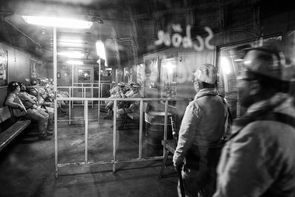 Vor der Seilfahrt zurück ans Tageslicht warten die Kumpel in der Kälteschutzkammer.