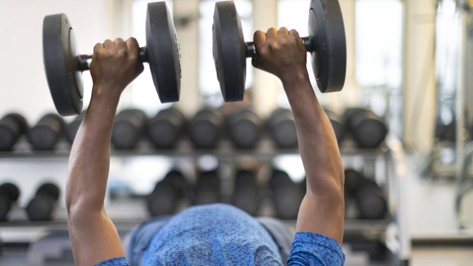 Kraftakt: Fitnessstudios brauchen mehr denn je das Geld ihrer Mitglieder.
