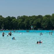 Bei sommerlichen Temperaturen locken die Freibäder in Frankfurt in der Ferienzeit, mit freiem Eintritt für Kinder.