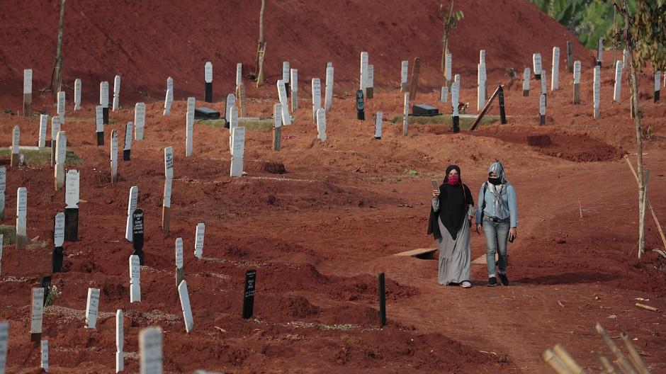 Ein Sonderabschnitt des Friedhofs Pondok Ranggon, der für die Bestattung von Menschen eröffnet wurde, die an einer Corona-Infektion gestorben sind.