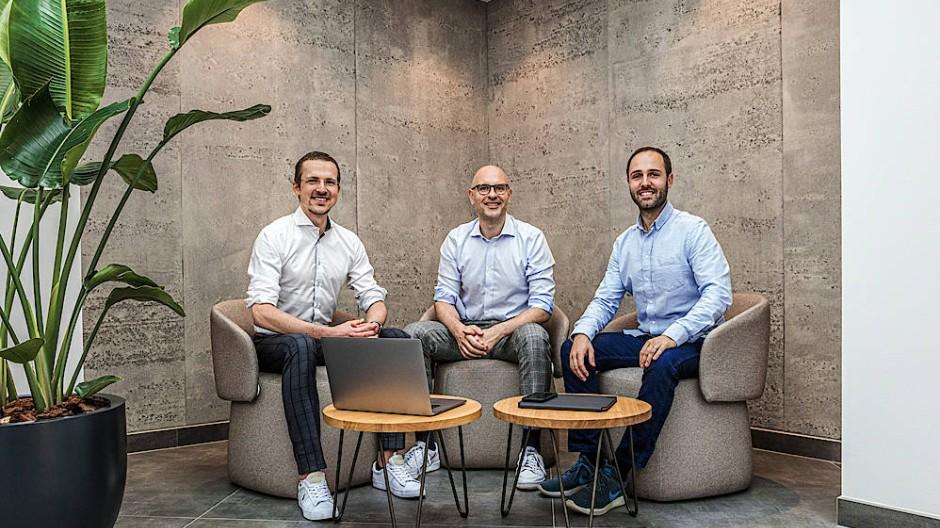 Die drei von Auxmoney: Raffael Johnen (Mitte) mit seinen beiden Vorstandskollegen in der neuen Zentrale in Düsseldorf