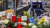 Auch Wochen nach der tödlichen Attacke auf einen kleinen Jungen am Frankfurter Bahnhof brachten Menschen Blumen an den Gedenkort. Er ist inzwischen in die Bahnhofsmission verlegt worden.