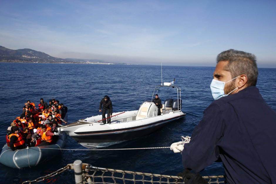 Ein weiteres Flüchtlingsboot vor der Küste der griechischen Insel Lesbos: von 160.000 konnten nur wenige hundert Flüchtlinge bisher umgesiedelt werden.