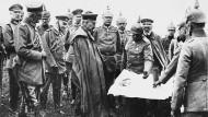 Gute Nachrichten, Majestät! Wilhelm II. macht sich nach den militärischen Erfolgen im Juli 1917 persönlich ein Bild der Lage in der Gegend um Tarnopol.