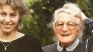 1984: Susanne Selbert (links) mit ihrer Großmutter Elisabeth. Auch wenn ich nicht von ihr gelernt habe, wie man häkelt oder strickt, so hat sie mir doch sehr viel mitgegeben, sagt Susanne Selbert heute.