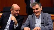 Spaniens Wirtschaftsminister Cristobal Montoro Romero und sein griechischer Amtskollege Euklid Tsakalotos (rechts) beim Treffen der Eurogruppe in Brüssel.