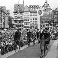 Mode made in Frankfurt: Schon 1989 wurden auf dem Frankfurter Römer Arbeitsproben der Bundes-Pelzfachschule und der Frankfurter Schule für Bekleidung gezeigt.