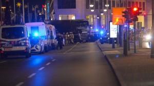 Polizei: Lastwagen vorsätzlich in Weihnachtsmarkt gesteuert