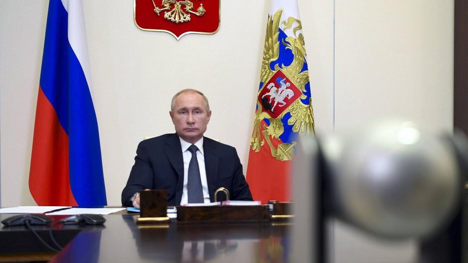 Präsident Wladimir Putin nimmt am Freitag von seiner Residenz Nowo-Ogarjowo aus an einer Kabinettssitzung teil.