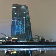 """Klima-Protest in Frankfurt: """"Kill Covid - not our climate"""" haben Aktivisten mit einem Beamer an die Fassade der Zentrale der (EZB) projiziert."""