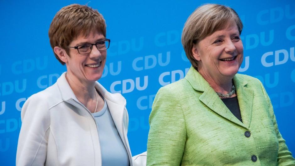 """Sie verstehen sich: Kanzlerin Angela Merkel sagte über ihr Verhältnis zu Annegret Kramp-Karrenbauer, sie seien """"im Grundsatz recht gut befreundet""""."""
