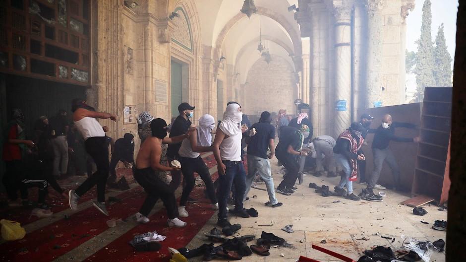Palästinenser auf dem Al-Aqsa-Plateau liefern sich am 10. Mai Auseinandersetzungen mit israelischen Sicherheitskräften.