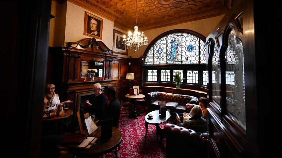 Besucher in den Philharmonic Dining Rooms in Liverpool