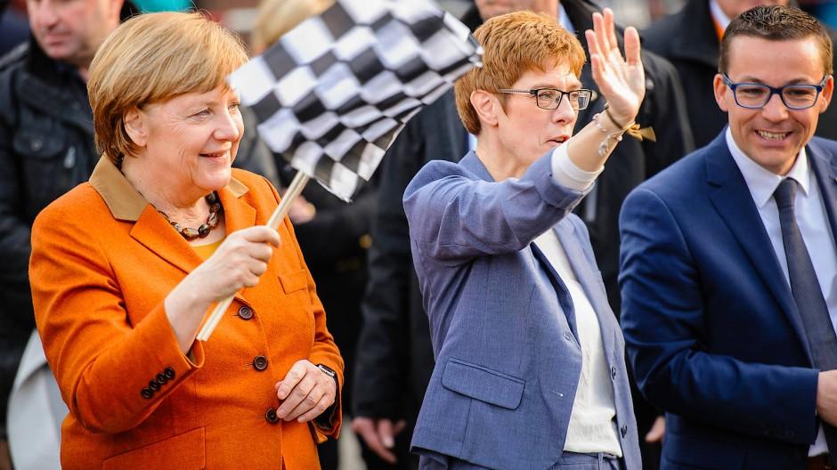 Zieleinlauf: Annegret Kramp-Karrenbauer (M.), hier im Landtagswahlkampf im Saarland 2017, mit ihrer Vorgängerin als CDU-Chefin, Bundeskanzlerin Angela Merkel