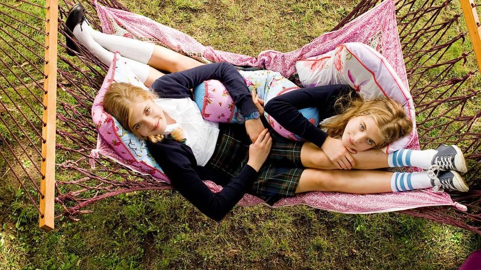 Die Zwillinge schlechthin: Die Romanfiguren Hanni und Nanni, für den Film 2012 gespielt von Jana (links) und Sophia Münster (Archiv).
