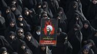 Frauen in Teheran protestieren gegen de Hinrichtung des schiitischen Klerikers Nimr Baqir al Nimr in Saudi-Arabien.