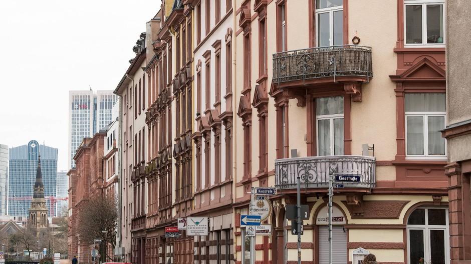 In Großstädten, wie hier in Frankfurt, sind bezahlbare Mietwohnungen begehrt. Die Länder wollten Preistreibereien entgegenwirken, doch viele Verordnungen enthielten Formfehler - zum Nachteil für viele Mieter.