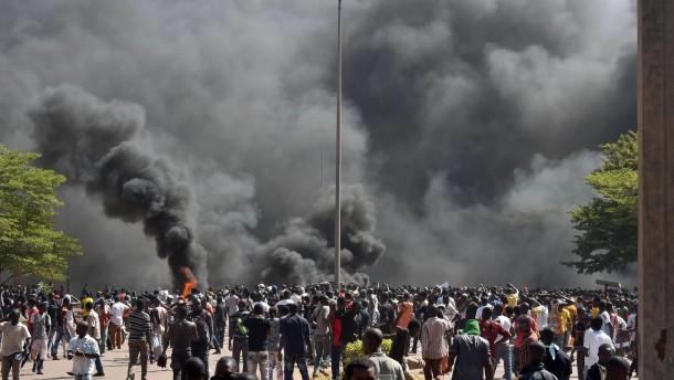 Demonstranten setzen Parlament in Brand