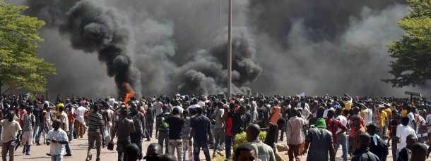 Demonstranten vor dem Parlament in Ouagadougou
