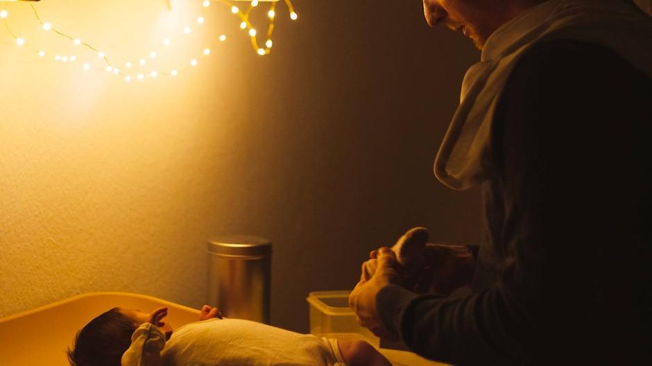 Der überforderte Mann: Er will sich häufig stärker einbringen als Väter früherer Generationen, aber mehr als zwei Wochen Urlaub nach der Geburt sind selten drin.